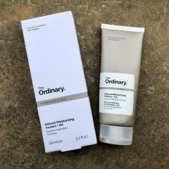Natural Moisturizing Factors + HA Surface Hydration Formula von The Ordinary.